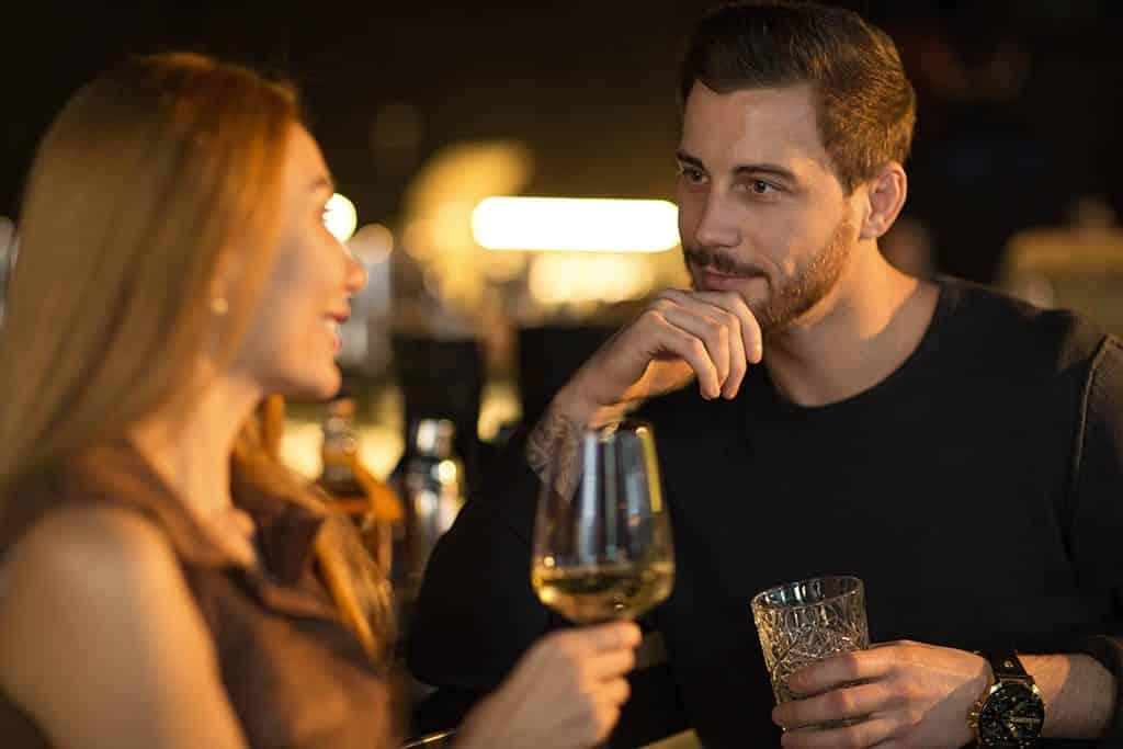 Auf zu viel Alkohol solltest du beim ersten Date verzichten